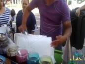 بالفيديو.. بائع يصنع الآيس كريم بطريقة غريبة