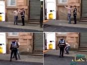"""بالفيديو.. مشاجرة بين شرطي مرور وسائق بسبب """"سيلفي"""""""