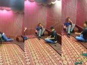 بالفيديو.. خليجي ينفذ مقلباً مضحكاً بأصدقائه بواسطة ثعبان