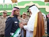 """بالصور.. لهذا السبب قلّد وزير الحرس الوطني الطالب """"بن شرعان"""" وساماً ملكياً"""