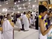 """بالفيديو.. معتمرون يؤدّون مناسك العمرة متوشحين """"علم النصر"""""""