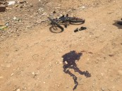 """بالصور… المقذوفات الحوثية اغتالت الطفل """"فيصل"""" و هو يلهو بدراجته"""