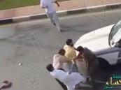 بالفيديو.. وافد في حالة غير طبيعية يغلق شارعاً ويعتدي على السيارات والمارة