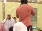 بالفيديو.. رد فعل داعية بعد اعتراض شاب على ارتفاع صوت الدرس بالمسجد