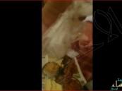 """مقيم يوثق """"فأر متعفن"""" داخل وجبة اشتراها من سوق شهير"""