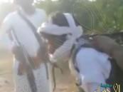 بالفيديو.. مواطنون يلقون القبض على حوثي مسلح في مزرعة بالحد الجنوبي