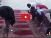 """بالفيديو… استياء من مقطع مصور لـ""""إمام"""" يسرق المصلين"""