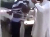 """بالفيديو.. شاهد ما فعله عمال """"باكستانيين"""" بلص هددهم بمسدس """"معطوب"""""""