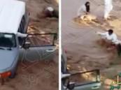 """بالفيديو… سعوديون يلتفون بالحبال لإنقاذ سائق سيارة جرفها سيل """"وادي الشقيق"""""""