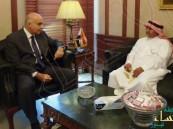 بالصور.. وزير السياحة المصري يستقبل السائح السعودي الذي منع من دخول المطعم