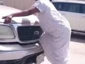 بالفيديو.. خادمة تتصرف بغرابة وسط الطريق وتركض خلف السيارات وتهاجمها