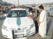 """""""المرور"""" يبدأ تطبيق عقوبة السجن والغرامة لاستخدام الجوال باليد أثناء القيادة"""