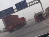 بالفيديو … شاهد مقاول وزارة النقل يبهر العالم بإحترافيته