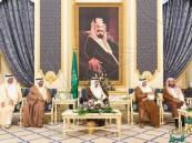 بالصور… الملك سلمان يستقبل أصحاب السمو الأمراء والفضيلة وجمعاً من المواطنين
