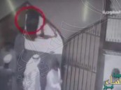 بالفيديو.. لحظة تفجير الإرهابي نفسه أمام مسجد الحسين بالدمام