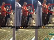 بالفيديو.. مصلٍّ يصور نفسه سيلفي أثناء أدائه صلاة التراويح بالمسجد