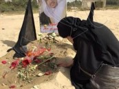 صورة مؤثرة للكاتبة كوثر الأربش على قبر ابنها الشهيد محمد العيسى