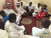 """بالصور.. """"الدخيل"""" يعزي أسرة """"فيصل"""" المتوفى بسبب مقذوف عسكري"""