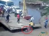 فيديو مرعب .. سنتيمترات تفصل رجلاً عن الدهس أسفل عبّارة ضخمة