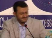 """بالفيديو.. الصحفية """"العراسي"""" ترشق """"الحوثي"""" بحذائها وتقطع استهلال أكاذيبه"""