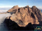 """بالصور.. قصة وقوع زلزال بسبب """"تعري"""" سياح فوق جبل مقدس"""