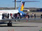 ركاب طائرة يهربون على الجناح بعد تسرب الغازات إلى المقصورة