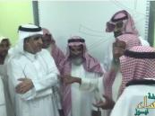 بالفيديو.. مسن بـ محو الأمية يفاجئ الدخيل بقصيدة حماسية ويُلجئه لتقبيل رأسه