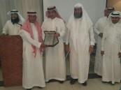 """بتكريم حضره """"بالغنيم"""".. متوسطة """"الملك عبدالعزيز"""" تودّع المعلم """"الهزيم"""""""