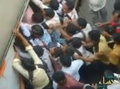 بالفيديو.. معارك طاحنة للصعود إلى قطار في مومباي بالهند