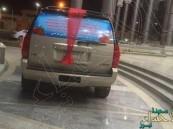 بالصور.. مواطن يزيّن سيارته لاستقبال والدته بعد خروجها من المستشفى