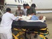 بالصور.. طائرة الإخلاء تنقل الجندي مصيلح بعد تعرُّضه لقذيفة حوثية