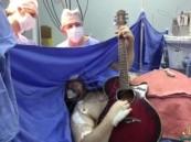 بالفيديو … برازيلي يعزف على جيتار أثناء إجرائه عملية بالمخ