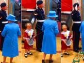 بالفيديو… شاهد طفلة أهدت الورد لملكة بريطانيا فتلقت صفعة على وجهها!