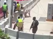 بالفيديو … رجل أمن يحرس المصلين بسيهات تحت أشعة الشمس