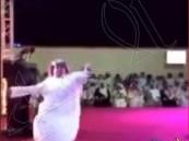 """شاهد.. لحظة سقوط """"أبو جفين"""" مغشياً عليه في حفل زفاف بخميس مشيط"""