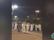 """شاهد بالفيديو … """"يمنيون"""" يتظاهرون في كورنيش الدمام"""