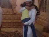 شاهد رد فعل طفلة سعودية تلتقي والدها لأول مرة عقب نجاته من القصاص