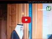 """شاهد… فيديو لـ""""خادم الحرمين"""" يقرأ القرآن بالسيارة"""