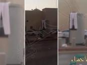 """بالفيديو.. سعودي يعلق """"سرواله"""" على ساهر لمنعه من تصوير السيارات!"""