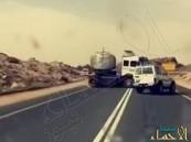 """فيديو مروع لـ """"جيب"""" حاول ممازحة """"شاحنة"""" فكاد يتسبب بكارثة"""