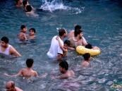 بالصور… عين في #الأحساء تتحول ملاذاً للمواطنين هرباً من حرارة الجو