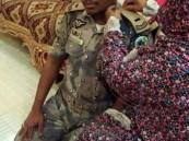 بالصورة.. والدة أحد أفراد حرس الحدود تعلّق رتبته الجديدة بعد تعافيه من الإصابة