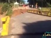بالفيديو.. لحظة انهيار جسر بعد ثوان من مرور 3 أشخاص فوقه