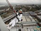 بالصور … عمرها 101 عاماً وتقفز بالحبل من ارتفاع 94 متراً