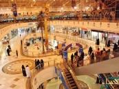 بالصور.. في #الأحساء: مواطن يسقط من الدور الثالث بمجمع تجاري شهير