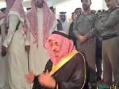 بالفيديو والصور.. محمد بن نايف أول مصلٍّ بمسجد طوارئ عسير بعد حادثة التفجير