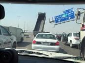 """بالفيديو والصور.. سائق """"قلاب"""" متهور يفاجئ السائقين على طريق """"الجبيل – الظهران"""""""