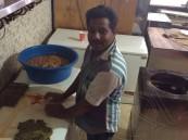 """في #الأحساء: صور صادمة… قد تجعلك لا تأكل """"ورق العنب"""" إطلاقاً !"""