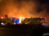 بالصور.. حريق هائل في أحد المزارع خلف مصنع التمور