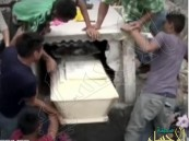 بالفيديو… فتاة تستيقظ من الموت بعد دفنها لتموت ثانية !
